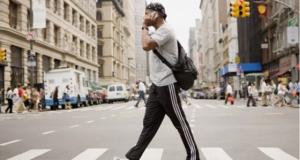 أول مدينة في العالم تقوم بحظر إستخدام الهواتف الذكية أثناء عبور الطريق
